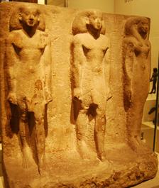 Estela familiar de Ankhpahered, primer sacerdote de Bubastis.