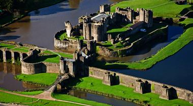 El Castillo de Caerphilly es una fortificación normanda, situada en el centro de la pequeña ciudad de Caerphilly, en Gales del sur. Es el castillo más grande de Gales, y quizá una de las mayores fortalezas de Europa.