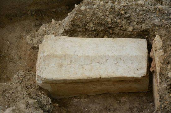 sarcofago-bebe-merovingio
