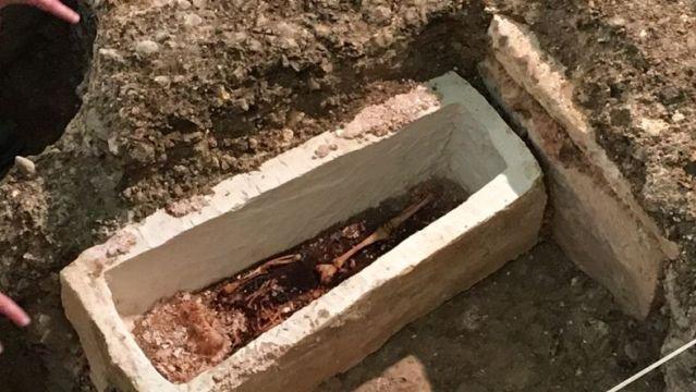sarcofago-bebe-merovingio2