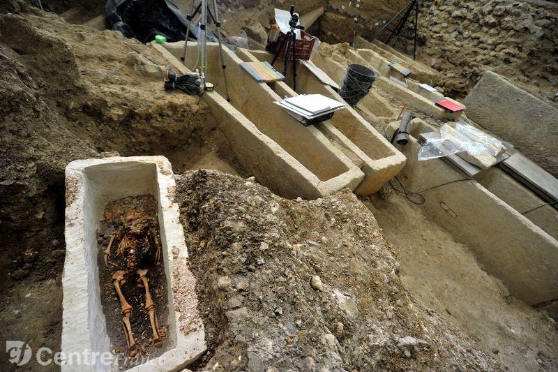 sarcofago-bebe-merovingio5