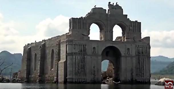 Imagen del Templo de Quechula cuando emergió en el año 2015.
